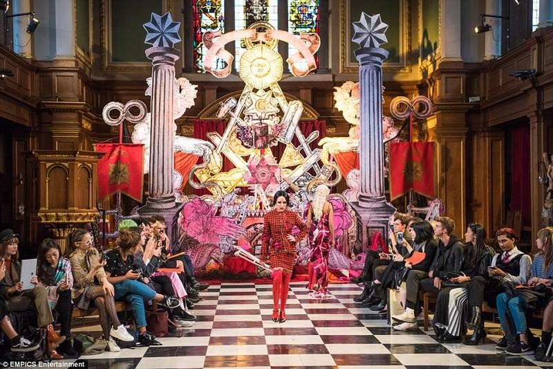 Show de moda satanic in interiorul unei biserici anglicane