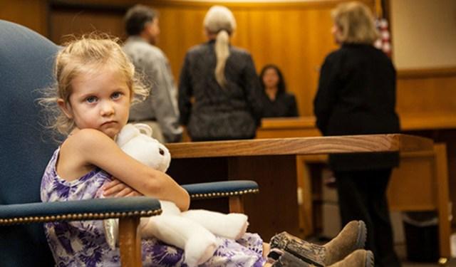 """Avocatul diavolului: Ideea """"avocatului copilului"""", în pofida numelui și retoricii găunoase, nu privilegiază niciun interes al copilului și nici nu-i acordă acestuia vreun drept de a-și lua soarta în mâini. Soarta copiilor nu va fi decisă de ei înșiși, ci tot de adulți. Doar că """"avocatul copilului"""" se va asigura și va lupta ca nu părinții să fie aceia care au vreun cuvânt de spus asupra copiilor lor, ci experții și judecătorii…"""
