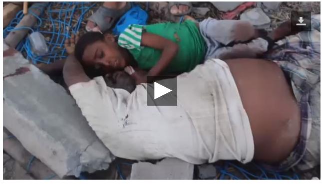 Băiețel agățat de trupul tatălui mort după bombardamentele saudiților la o nuntă. Imaginea cu un puternic impact emoțional a războiului din Yemen pe care presa mainstream nu o va difuza
